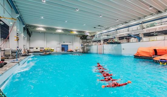 i90-p_swimmingpool